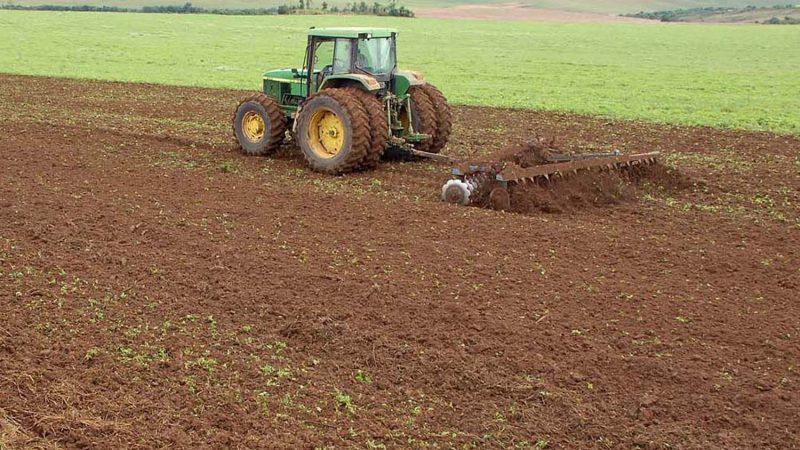 Com o fim do vazio sanitário os produtores rurais já estão no campo para o plantio da soja